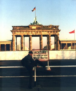08 Mark-áReeder am Brandenburger Tor, 1984 _un)