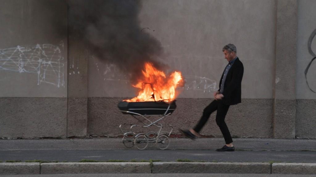 05_《卡特蘭:馬上回來》的主角則是酷愛整人的當代概念藝術頑童Maurizio Cattelan